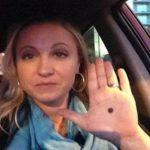 Iata ce trebuie sa faci daca observi un punct negru desenat in palma unei persoane!