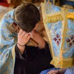 Cum se desfăşoară o spovedanie corectă? Omul îşi mărturiseşte păcatele sau preotul îl întreabă?