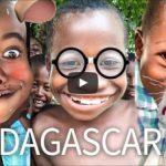 Copiii din Africa incearca filtrele Snapchat pentru prima data