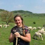 """Are 16 ani şi e """"ciobăniţă"""" pentru 1.200 de oi. In timpul săptămânii merge la liceu iar weekend de weekend adolescenta se întoarce la stana"""