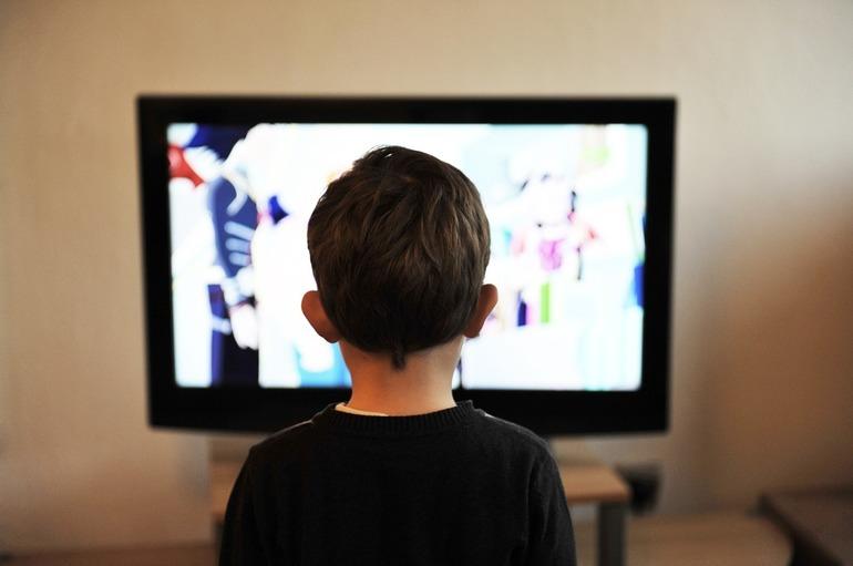 Românii, prinși în capcana tehnologiei. 91,5% petrec, zilnic, aproximativ 2 ore și jumătate cu ochii lipiți de ecranul televizorului sau al computerului în afara programului de muncă